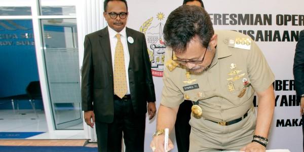 Muh-Ikrar-de-Rosari-dan-Gubernur-Sulawesi-Selatan-Syahrul-Yasin-Limpo-Peresmian-Operasional-PT-Jamkrida-Sulsel
